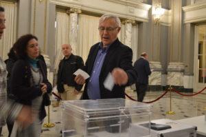 Joan Ribó vota urna digital
